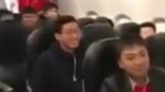 ვიეტნამელი ფეხბურთელები თვითმფრინავში შიშველმა სტიუარდესებმა ახალისეს - იხილეთ ვიდეო