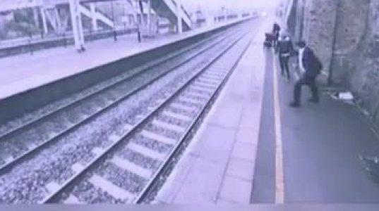 გოგონამ მატარებლის ქვეშ შევარდნის მსურველი უცხო მამაკაცი გადაარჩინა სიკვდილს