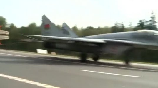 ბელორუსის სამხედრო საჰაერო ძალების თვითმფრინავებს ავტობანზე სვამენ და იქიდანვე მიფრინავენ