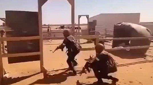 რუსი ინსტრუქტორი ასწავლის აფრიკელ მებრძოლებს შენობის აღების ტექნიკას. ხოხმა
