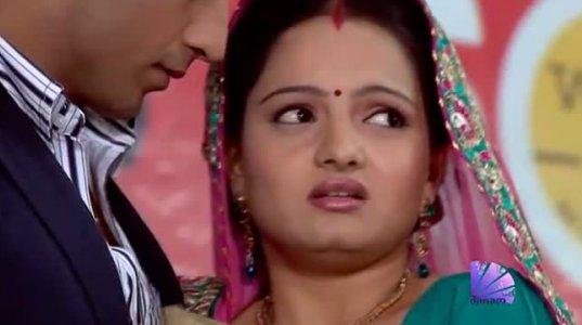 ინდური ეროტიკა ,ქმარი ცოლს კიბეზე ასვლის დროს ხელით შეეხო