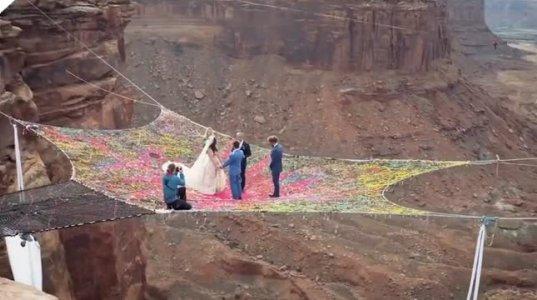 ექსტრემალური ქორწილი 120 კილომეტრ სიმაღლეზე, კანიონის შუაგულში სეტკაზე, რომელიც ალპინისტებმა ააწყვეს