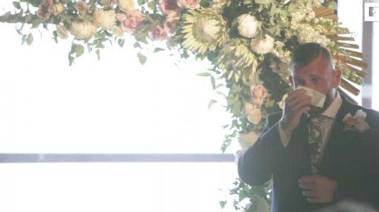 გულისამაჩუყებელი ვიდეო,პატარძალი სმენადაქვეითებულ საქმროს სიმღერას უმღერის