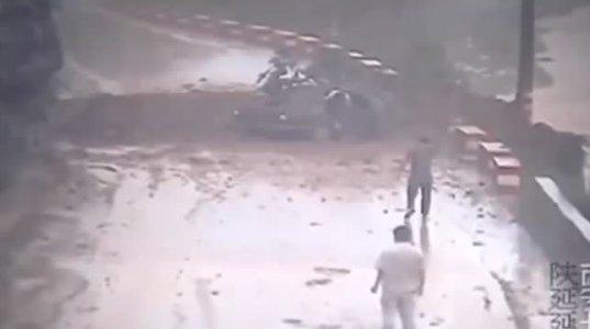 შოკისმომგვრელი შემთხვევა! მამაკაცი გზაზე მანქანით მიდიოდა,როდესაც მეწყერი დაიწყო და ...