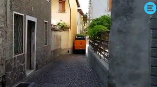 ამას ქვია პროფესიონალი. ნახეთ იტალიის ვიწრო ქუჩებში როგორ ატარებს მარშუტკას