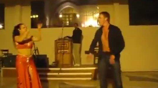 მუცლის მოცეკვავეს მამაკაცი შეეჯიბრა! არანაკლებ ცეკვავს სხვათაშორის!