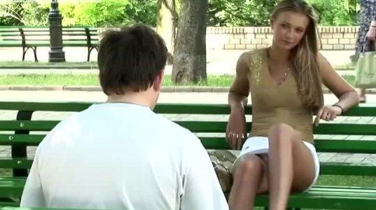 """გოგონამ """"ძირითადი ინსტიქტის"""" სცენა გაიმეორა-ნახეთ ბიჭების რეაქცია"""