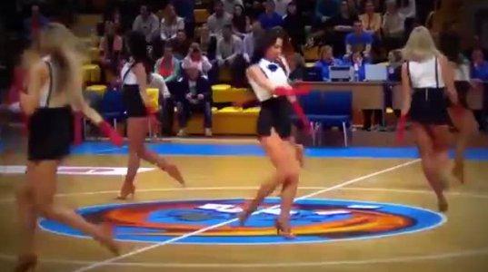 ლამაზი მხარდამჭერი გოგოების ლამაზად შესრულებული ცეკვა