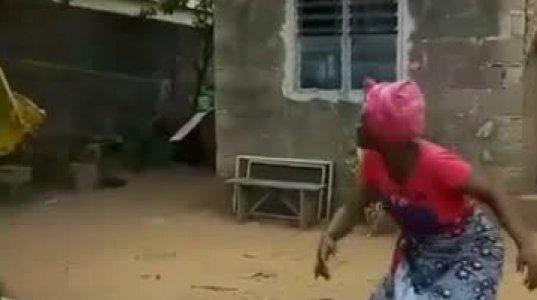 """აფრიკელი ქალის რეაქცია პატარა """"კვადროკოპტერის"""" დანახვაზე"""