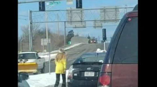 გაბრაზებული გოგო მიუვარდა წინა მანქანის  მძღოლს, რომელმაც ხელი ჰკრა და გზიდან გადააგდო
