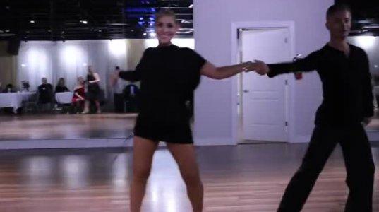 ორსული ქალის ფანტასტიური ცეკვა ცნობილ ჰიტზე, თან ძალიან მაღალი ტემპით