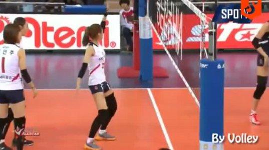 ზე პოზიტიური ფრენბურთელი გოგო ყოველი ჩაგდებული ბურთის მერე საოცრად ცეკვავს