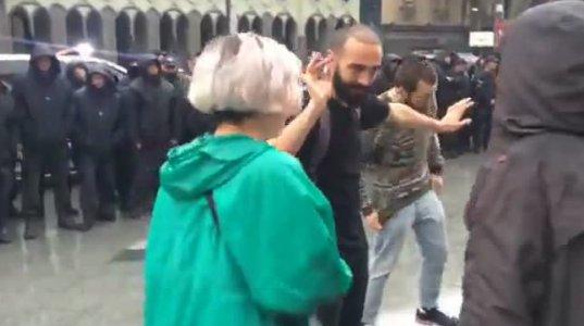 დაკავებების შემდეგ, აქციის მონაწილეები პოლიციის წინ ცეკვავენ