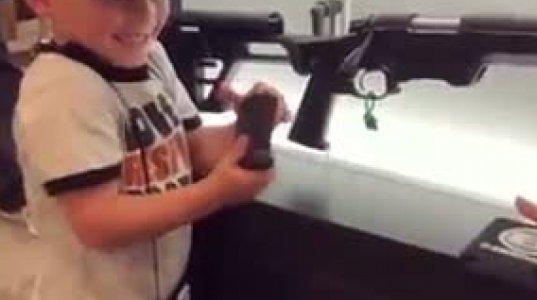 ამ ბავშვმა იარაღი ბევრ დიდზე კარგად იცის