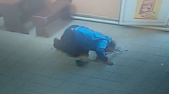 მამაკაცს მაღაზიაში არყის ბოთლი გაუტყდა და იქვე იატაკიდან ალოკა(რუსეთში)