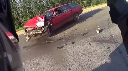 ბაიკერი გოგოები ბაიკით მანქანას ისეთი სისწრაფით დაეჯახნენ ორივე შორს გადავარდა