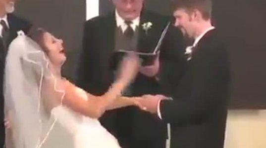 ჯვრისწერაზე პატარძალს ისეთი სიცილი აუტყდა ლამის ჯვრისწერა ჩაიშალა