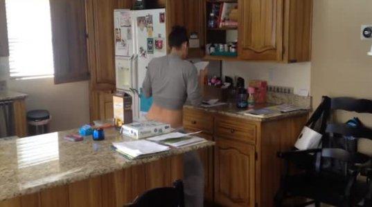 გოგონა სამზარეულოში ცეკვავს