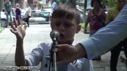 აფხაზეთი მაინც ჩვენი იქნება–პატარა ბიჭი კითხულობს საოცარი ემოციით ლექსს აფხაზეთზე