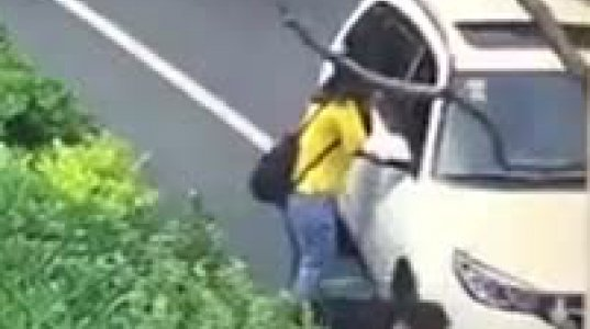 შოკისმომგვრელი ვიდეო,გოგონას მანქანამ გაკრა გვერდი და შემდეგ გაუთვალიწინებელი რამ მოხდა(ჩინეთი)