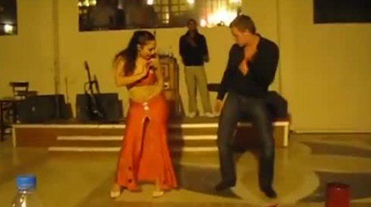 ტურისტის მიერ ძალზე სანახაობრივი ცეკვა აღმოსავლური ცეკვის ოსტატ ქალთან ერთად