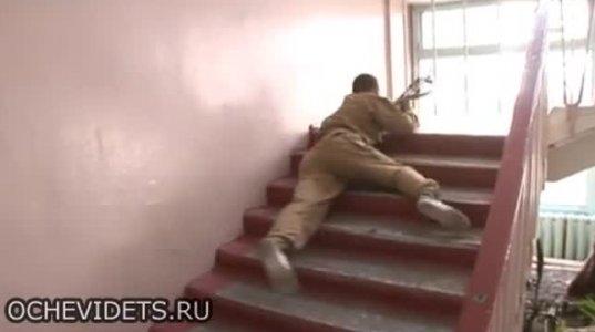"""""""ვხოხავ"""" რუს სპეცრაზმელებს როგორ და რის ხარჯზე ასწავლიან კორპუსის კიბეებზე ჩაცურებას"""