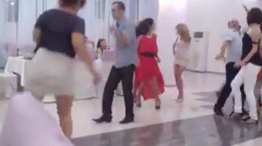 ქალი ცეკვისას ისე შეიჭრა როლში ვერ აჩერებენ, რამაც სტუმრების სიცილი გამოიწვია
