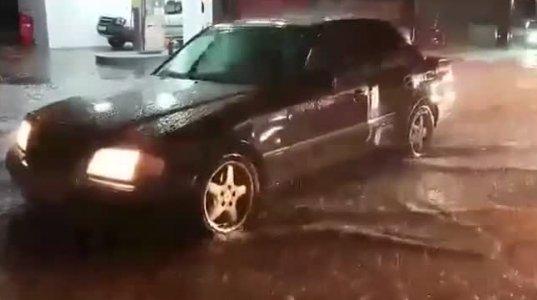 კადრები თბილისის ქუჩებიდან, სადაც ძლიერმა წვიმამ ყველაზე დიდი პრობლემები შექმნა