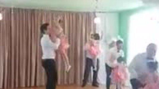 მამების და შვილების ამაღელვებელი ცეკვა საბავშვო ბაღის გამოსაშვებზე