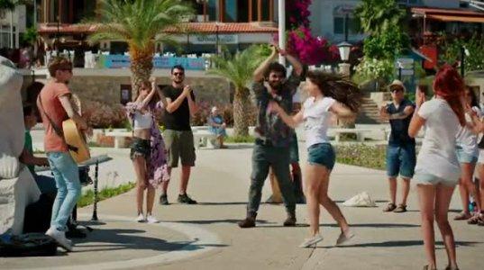 ცოცხალი მუსიკა და ძალიან მაგარი გოგოს მაგარი ცეკვა სანაპიროზე