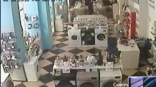 საბურთალოზე ტექნიკის მაღაზიის გაქურდვის კადრები (ვიდეო)