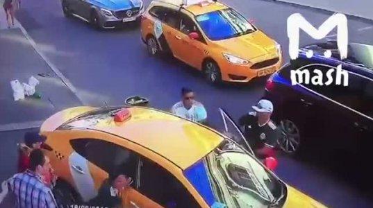 ტაქსით ხალხს დაეჯახა და გაიქცა