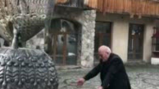 გრიშა ონიანი მესტიაში დადგმული თამარ მეფის უსახური ძეგლის გამო თავში ირტყამს ხელებს