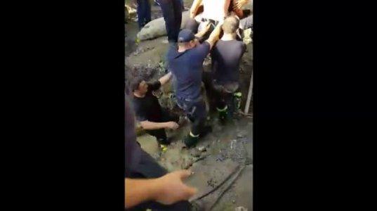 აკაკი გახოკიძის ქუჩაზე გზის სარემონტო სამუშაოებისას დაშავებული მუშა ორმოდან ამოიყვანეს