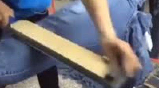 აი როგორი  მძიმე შრომით ამზადებენ გახეხილ ჯინსებს