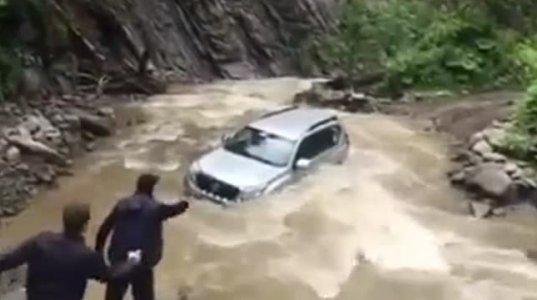 ნამდვილი სიგიჟე! ავტომობილების გამოცდა სვანეთის ადიდებულ მდინარეში