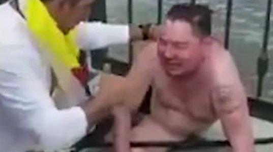 კოლუმბიელმა გულშემატკივრებმა მთვრალი რუსი კაცი ამოიყვანეს წყლიდან
