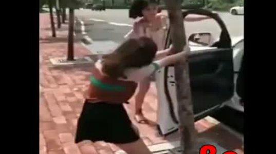 ასეთი რამ მხოლოდ გოგოებს თუ დაემართებოდათ, ხეს ნუ ეჯაჯგურებით წინ წაწიეთ მანქანა სულელებო