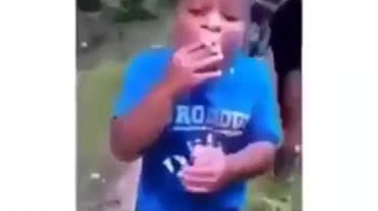 """პატარას სიგარეტის მოწევისას მამამ მოუსწრო და ისე """"ჩააფარა""""   ეგრევე ააყირავა"""