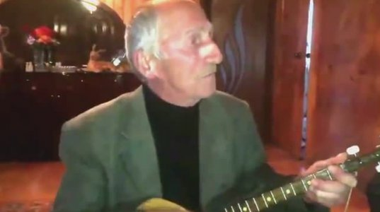 გენაცვალე ბაბუ, ნახეთ რა ასაკისაა, როგორ უკრავს და როგორ მღერის