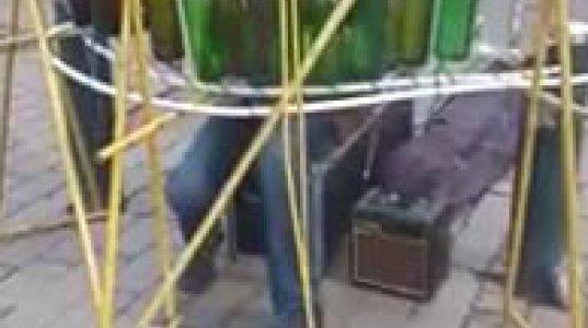ქუჩის მუსიკოსი შუშის ბოთლებს აი ასეთი ფუნქციით იყენებს
