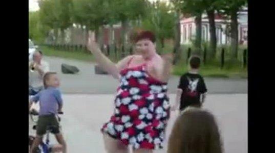 არიქა არ დაეცეს ვინმეს თორემ გააბრტყელებს ლავაშივით, უზომოდ მსუქანი ქალის ცეკვა