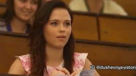 ბიჭმა გოგოს ფანტასტიური სიურპრიზი მოუწყო ლექციის ჩასატარებელ აუდიტორიაში