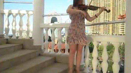 """გოგონა დედულეთს (სამეგრელოს) უძღვნის ვიოლინოზე დაკრულ მუსიკას """"მაცი ხვიტიადან"""""""