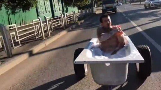 რუსი მამაკაცი მთელი ერთი საათის განმავლობაში ქალაქში აბაზანით დასეირნობდა