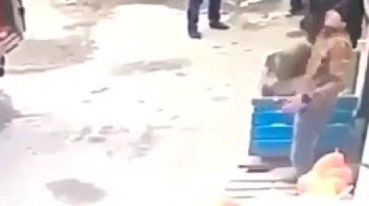 საზამთროებს უგდებდნენ და ყუთში აწყობდა, დააყოვნა და თავზე მოხვედრილმა საზამთრომ დაარეტიანა