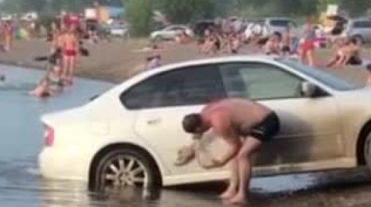 ეს კაცი კი არა ღორზე უარესია, ადამიანები ტბაში ბანაობენ ამას კი მანქანა ჩაუყენებია და რეცხავს