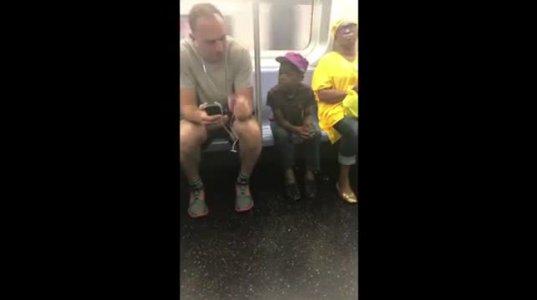 ბავშვი ისე ინტერესით უყურებდა ათხოვა მობილური