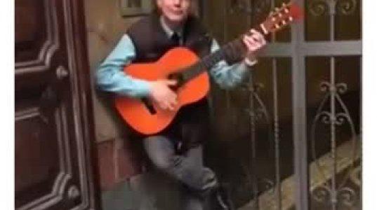უნიჭიერესი კაცი გიტარის თანხლებით ფანტასტიურად ასრულებს სერჯიო ლეონეს ფილმის მუსიკას