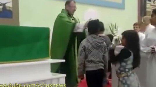 ეკლესიაში მოძღვარი თავში ასე უნდა ურტყავდეს ბავშვებს?